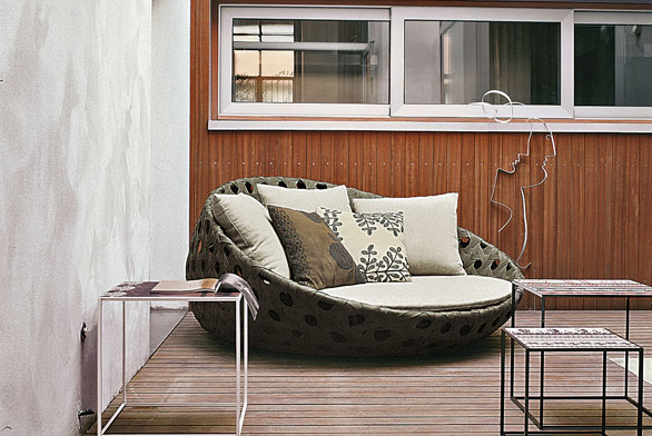 Canasta představuje luxusní posezení určené pro venkovní prostory. Hliníkový lakovaný rám je vyplněný polyetylenovým vláknem. Díky rozměrům (182 x 185cm, v. 88cm) vněm můžete pohodlně sedět nebo odpočívat vpololeže. Cena od 43376Kč (KONSEPTI).