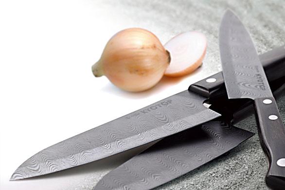 Ručně broušené japonské nože, keramika spřídavkem karbonu, damaškový vzor, rukojeť ze dřeva pakka. Cena podle velikosti atypu nože od3948Kč do10600Kč (KYOCERA).