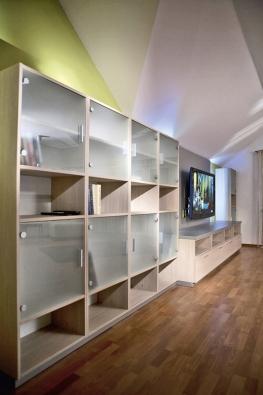 Knihovna vyrobená na míru kombinuje otevírací dvířka, která chrání knihy před prachem, s otevřenými policemi.