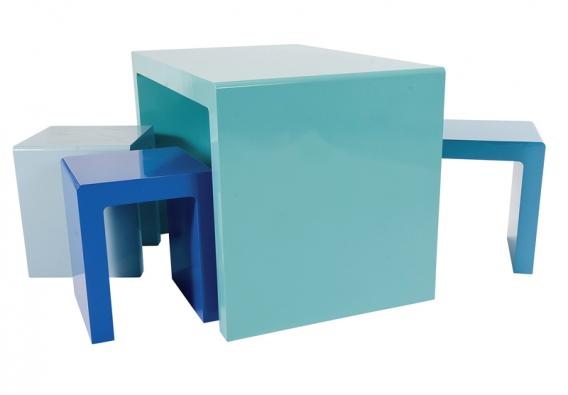 Souprava stůl advě židličky, lakovaná MDF deska, cena 3430Kč (SPACE4KIDS).