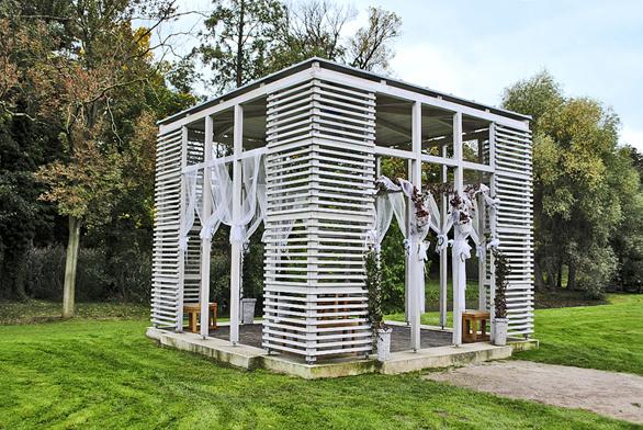 Zámek veCtěnicích uPrahy ajeho zahrada bývají častým místem pro svatby. Ktěmto účelům je také přizpůsoben zahradní altán.