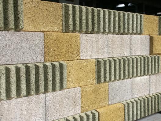 """Bytelná ochranná zeď ztěžkých betonových prefabrikátů chrání před """"městským"""" hlukem."""