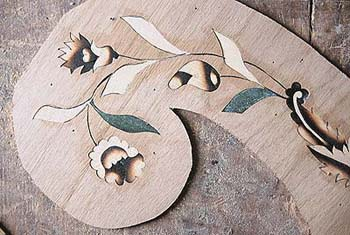 ...stínování dřeva vzniká pálením v křemičitém písku...