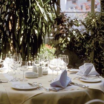 Nádherně prostřený stůl umocní atmosféru sváteční chvíle. Modré prostírání ladí se skleněnými vánočními ozdobami.