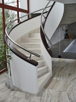 Funkcionalismus XXI. století z pera prof. Ivana Rullera. Krásnou architekturu pomohly vytvořit kvalitně provedená řemeslná práce dodavatelů a cit pro detaily architektů i zákazníka. Samonosná spirála železobetonového schodiště má po bocích 700 mm vysoké moniérky jako zábradlí, ohraničené dřevěným lemem. Spirálu zábradlí kopíruje nerezové madlo. Stupně jsou obloženy podobně jako ve vile Tugendhat pískovcem, včetně zapuštěného soklu. Kromě spodní části nosné desky, která zůstala v surovém stavu, jsou ostatní plochy v bílé barvě. Barevná kombinace schodiště ještě více odlehčila.
