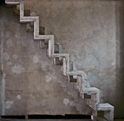 Snímek pocházející ze zatím nedokončené stavby. Z betonu lze vytvořit také netradiční mlynářské schody. V malém rekonstruovaném domku se nenašlo více místa, než mezi dvěma stropními trámy u štítové stěny. Mlynářské schody tedy vznikly spojením dvou vzájemně posunutých lomenic. Vše je zabetonováno jako jeden díl s minimálními opravami kaver stěrkou. Ve vnější lomenici jsou protaženy elektrorozvody ke svítidlům, která budou nasvěcovat štítovou stěnu a schody.