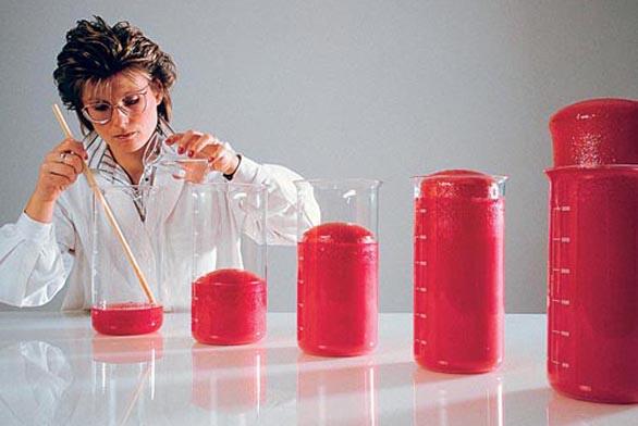 Po smíchání dvou tekutých složek - polyolu a izokyanátu - dojde k výraznému napěnění a vznikne pevná PUR pěna (BRAHE).
