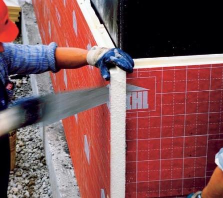 Jednou z podstatných výhod izolačních PUR desek je možnost snadného řezání a dalších úprav přímo na stavbě (BACHL, dodávka surovin a technologická podpora BAYER).