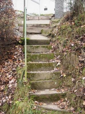 Takhle by to vypadat nemělo: schody jsou špatně založené a navíc poměr výšky a šířky jednotlivých stupňů neodpovídá optimálním hodnotám, takže chůze je po nich nepohodlná a dokonce nebezpečná.