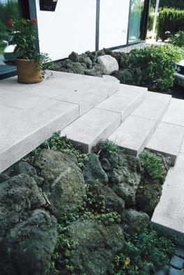 Schody z bílého betonu jsou velmi elegantní.