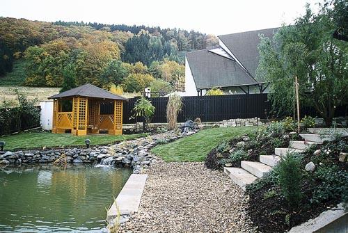 Monolitický schod výborně zapadá do zahradního prostředí a může mít všestranné použití.