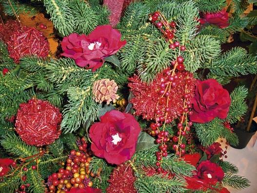Mezi ozdobami na vánočním stromku si našly své místo i velké umělé květy (IDEAL FLOR).