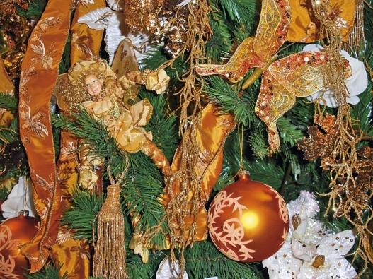 """Kromě tradičních skleněných koulí a velkých textilních mašlí můžete vánoční stromek """"zabydlet"""" také kouzelnými postavičkami skřítků (IDEAL FLOR)."""