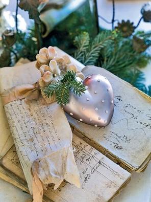 Spot - vánoční srdce z kolekce vánočních ozdob a nádobí Gustavian Vintage (GREEN GATE).