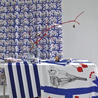Vánoce podle finského vkusu oživují drobní ptáčci - látka Pakkanen a PikkuPakkanen, design vzoru Maija Louekari, materiál 100% bavlna, 775 Kč/m, hrnky se vzorem Pakkanen za 334 Kč (vyrábí MARIMEKKO, dodává DESIGNOR).