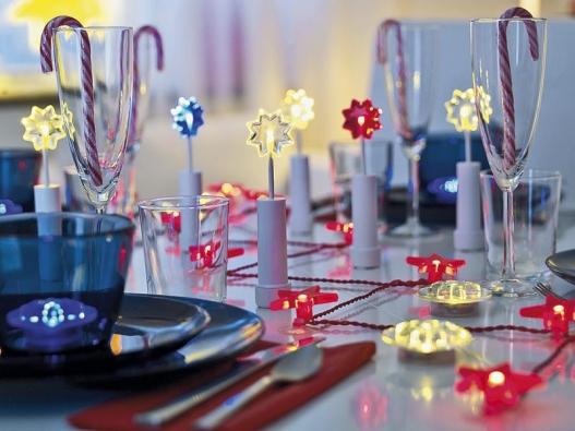 Oživte sváteční tabuli svítícími dekoracemi v různých barvách, cena 39 Kč (IKEA).