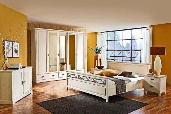 Ložnice Country Inn, postel (š. 180 cm, d. 200 cm), borovice masiv, bílý lak, cena 13 750 Kč (JMP).