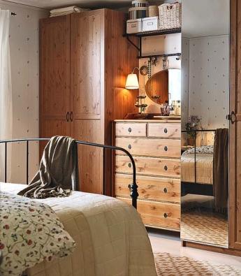 Šatní skříň PAX ULNES, cena 5 590 Kč, zásuvková komoda LEKSVIK, cena 4 990 Kč, rám postele LILLESAND, cena 3 290 Kč (IKEA).