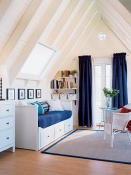 Pohovka, jednolůžko a úložné prostory v jednom, série Hemnes (210,5 x 89,5 cm), povrchová úprava bílý lak, cena rámu bez matrace 12990 Kč (IKEA).