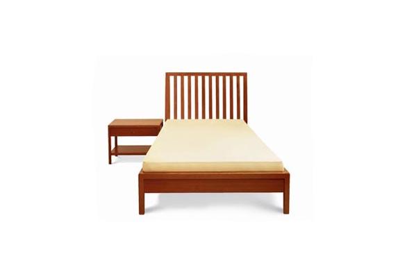 Lůžko Nina (102 x 220 cm, v. 110 cm), provedení v buku 17 748 Kč, s úložným prostorem pod lůžkem 22 839 Kč, noční stolek Nino (60 x 42 cm, v. 45 cm), cena 9 931 Kč (BRIK- INTERIÉR STUDIO).
