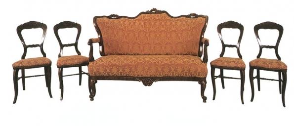 Sofa a čtyři židle, 1860-1880. Sofa - čalouněný sedák, opěrák a loketní opěrky, řezané reliéfně zdobené, prohnuté tvarované nohy. Židle - čalouněný sedák reliéfně zdobený.