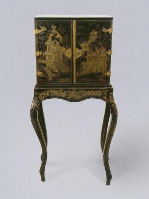 Šperkovnice se stolkem, druhá polovina 19. a první polovina 20. století, osmizásuvková s pantovými dvířky, korpus měkké dřevo, zdobený stolek s prolamovanýma nohama.