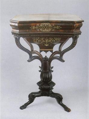 Stolek, 70. až 80. léta 19. století, dřevěný masiv mořený a leštěný, inkrustace kov a perleť, odklopná deska s úložným prostorem, bohatě tvarovaná střední část.