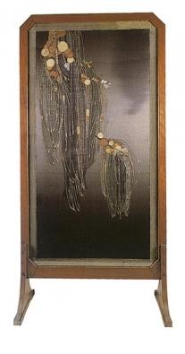Paraván, leštěný dřevěný masiv a výšivka, obdélný se skosenými rohy, stylizované japonizující květiny, Francie po roce 1900.