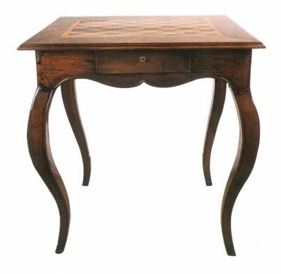 Hráčský stolek z druhé poloviny 19. století s obdélníkovou intarzovanou deskou a dvěma zásuvkami.