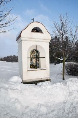 Kaplička se základem z placáků stavěl pán domu.