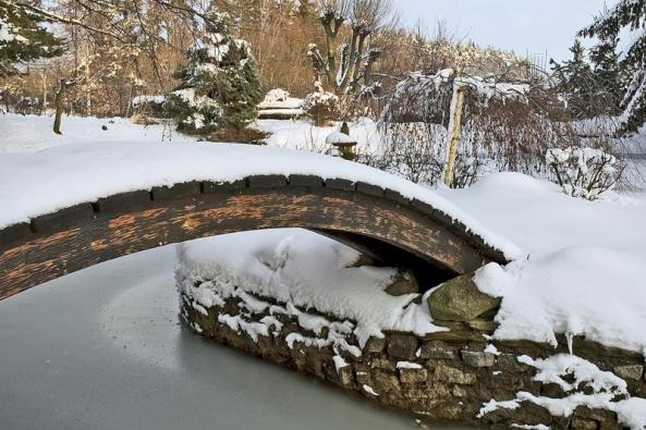 V zimě zůstává můstek na ostrov jen ozdobou.