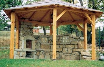 Kamenné zákoutí s dlážděnou podlahou obezděné dvojitou kamennou zdí s dekorativními prvky ve tvaru okének. To celé, samozřejmě bez dřevěného altánu, pořídíte přibližně za 45 000 Kč.