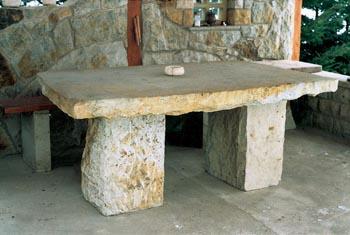 Stůl o rozměrech 160 x 100 x 10-15 cm o hmotnosti 600 až 800 kg stojí asi 14 000 Kč. Lavice je konstruovaná obdobně, ale je samozřejmě nižší a užší.