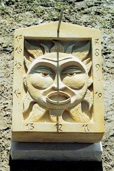 Sluneční hodiny z hořického pískovce o rozměrech 50 x 40 x 15 cm stojí 8 200 Kč.