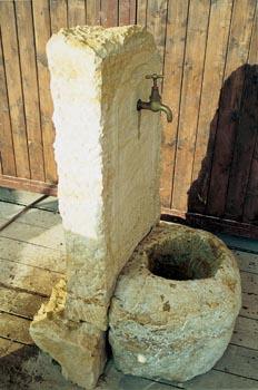 Pískovcové pítko s mosazným nebo bronzovým kohoutkem se hodí třeba ke kamenným zídkám. Stojí asi 12 000 Kč.