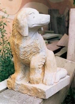 Kamenný hlídač zahrady vysoký 70 cm z dubeneckého pískovce stojí 40 tisíc korun. Vydrží ovšem navěky...