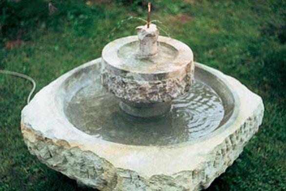 Pokud máte na zahrádce vodní zdroj, můžete si pořídit jednoduchou (ale velmi estetickou) kamennou fontánku. Tato přijde na 6 000 Kč.