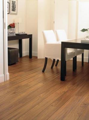 Podlaha Quick-Step Perspective V2 je tvořena úzkými prkny se zkosenými hranami v podélných spojích. Samozřejmostí je perfektně padnoucí struktura povrchu, např. v dekoru olejovaný teak. Tloušťka 9,5 mm dává podlaze pocit masivní prkenné podlahy. Záruka 25 let, cena 679 Kč za metr čtvereční bez DPH (EVEREL).