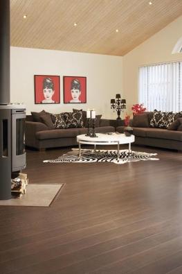 Velmi kvalitní švédská podlaha PERGO Expression v unikátním dekoru wenge, provedení prkna. Tloušťka 9 mm, vysoce pevný spoj, trojitá doživotní záruka. Cena 955 Kč za metr čtvereční bez DPH (BERGER).