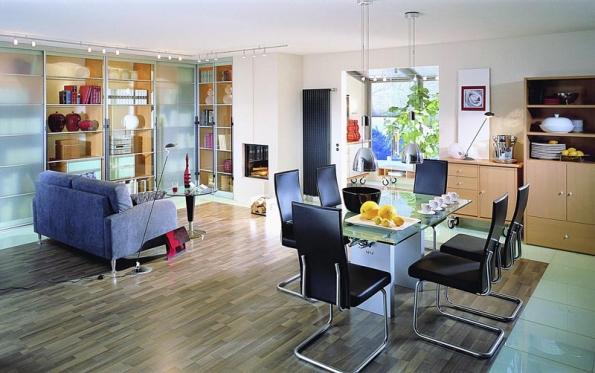 Tvrdost a odolnost činí laminát v odopvídajícím provedení vhodný do velmi namáhaných prostor, jako např. soplečného kuchyňského koutu s jídelnou a obývacím pokojem (KRONOSPAN).