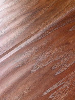Podlaha Quick-Step Counrty věrně imituje prkna z divokého javoru v koloniálním stylu. Tloušťka 9,5 mm, záruka 25 let, cena 679 Kč za metr čtvereční bez DPH (EVEREL).