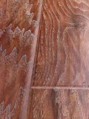Prkna s povrchovou úpravou Country představují řemeslnou dovednost přenesenou do laminátových podlah. Tloušťka 9,5 mm, záruka 25 let, cena 679 Kč za metr čtvereční bez DPH (EVEREL).