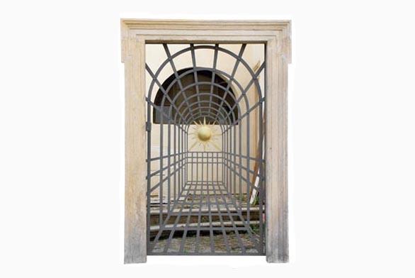 V klasické zahradě se kov používal od středověku: kovaná mříž s falešnou perspektivou (Valdštějnská zahrada, Praha).