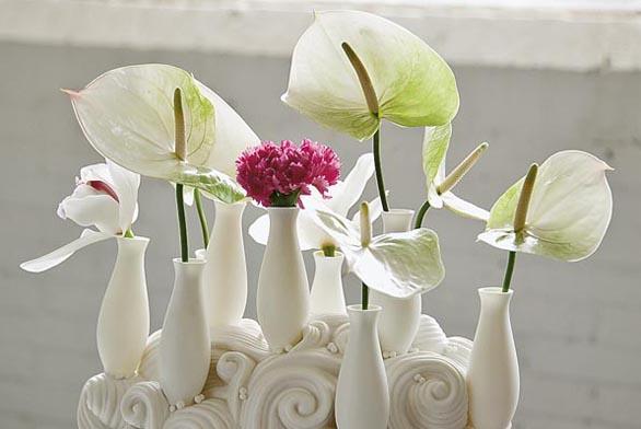 Váza působí stejně živě jako květiny, s nimiž vytváří zimní obraz. Orchidej Cymbidium, anturie (Anthurium), karafiát (Dianthus).