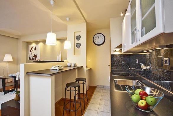 Zatímco v obývací části probíhaly stavební práce, pustila se designérka do renovace kuchyně, která obnášela natření stávajících dvířek, výměny pracovní desky, výměny baterie, dřezu a digestoře.