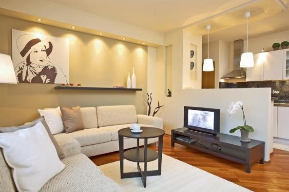 Sádrokartonové příčky s lehkostí nahradily zděné stěny a v bytě působí moderně a vkusně.