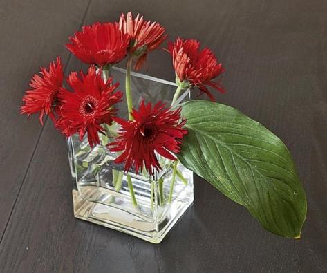 Skleněné doplňky v podobě váz, misek a svícnů použila designérka v celém interiéru.