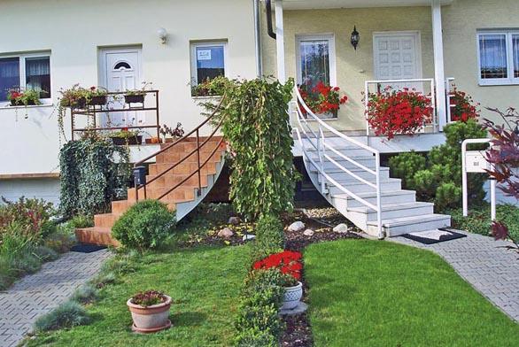 Jedno téma, dva domky, dva sousedé. Jednotlivě jsou schodiště řešena dobře, ale příliš spolu neladí dohromady.