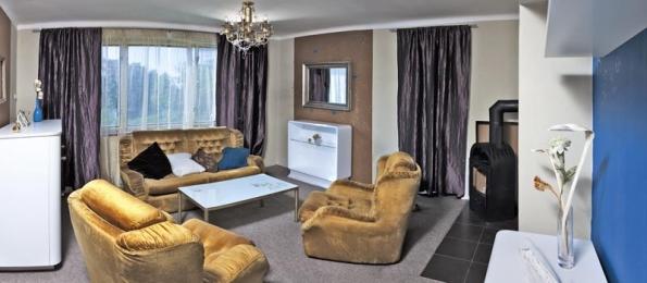 Pohodlnou klasickou sedačku a křesla poskytli známí. Svou zlatomedovou barvou i tvarem se do interiéru skvěle hodí.