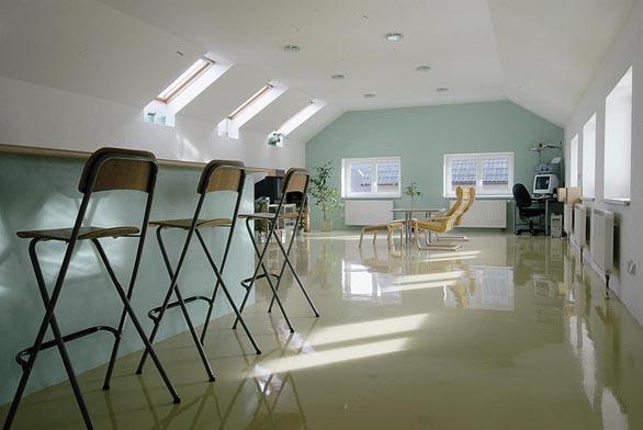 Finální povrch systému stěrkových i samonivelizačních podlah Sikalit je bezprašný, velmi dobře čistitelný i ekologický (KOMPOZIT).